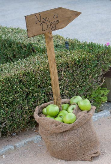 Indicador. Lara Morato, wedding planner de Casaos Conmigo hizo para los novios un precioso indicador clavado en un saco decorado con manzanas