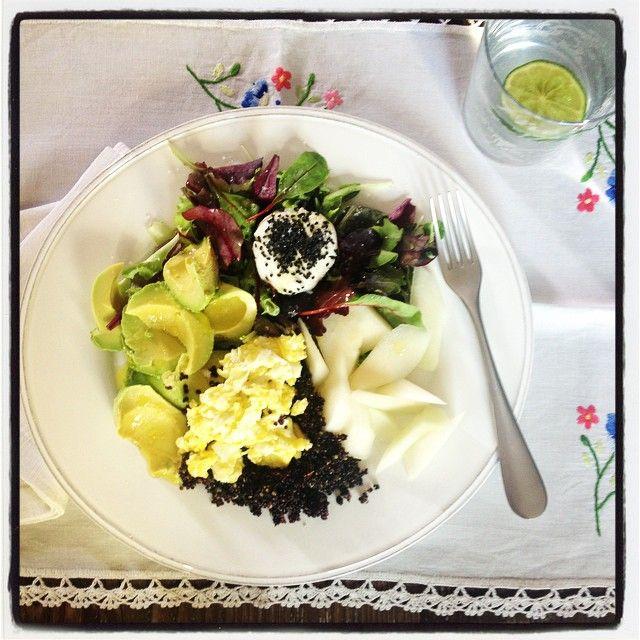 Insalata di avocado, quinoa, chèvre, uova strapazzate e melone bianco. #ricette #insalata #ispirazioni   https://instagram.com/p/1ftOjESJF8/