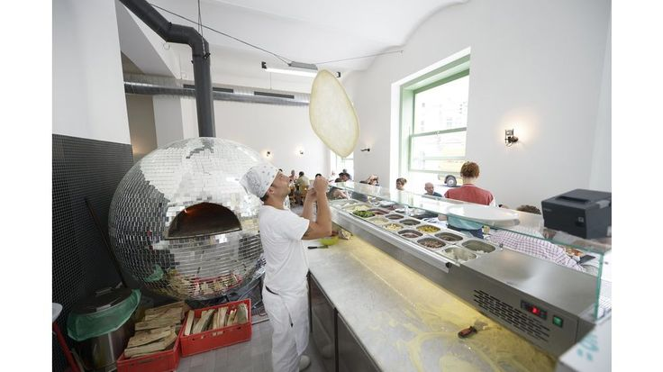 'Disco Volante' pizzeria in Vienna, designed by Austrian architect Lukas Galehr. This fully-functional pizza oven has been designed to look like a gigantic reflective disco ball. And yes, it even rotates. DISCOVOLANTE -® Foto Lukas Schaller -9Burger- und Pastrami-Hype zum Trotz: Der Pizza-Trend ist noch nicht vorbei. Und hier gibt's die beste: