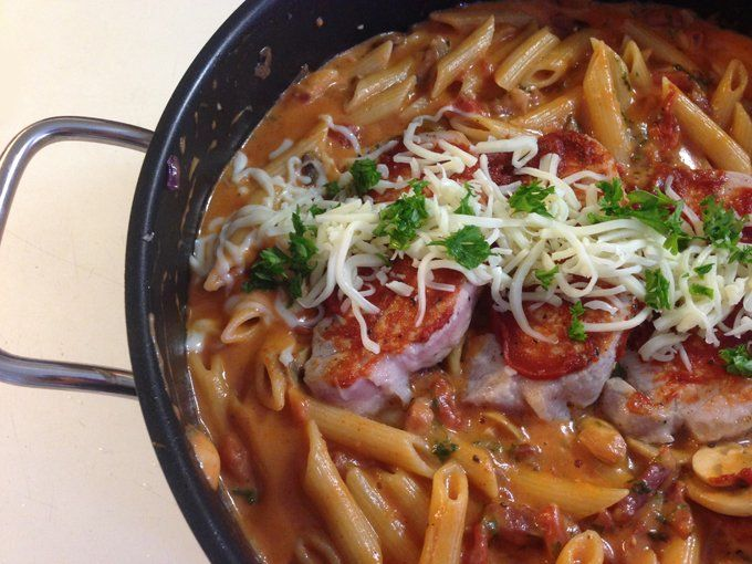 Koteletter i ovn med pasta og tomatsauce