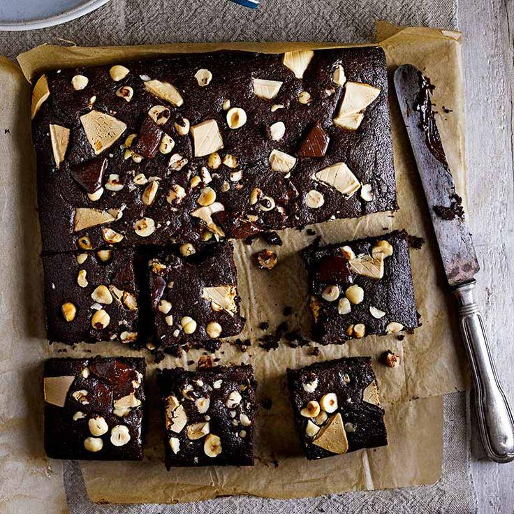 Met deze brownies van witte en bruine chocolade tover je bij iedereen een glimlach op het gezicht. De hazelnoten geven deze chocoladecakejes een lekkere crunch. Extra fijn: ze zijn zo gemaakt!    1 Verwarm deoven voor op 180 ºC. Bekleedeen...