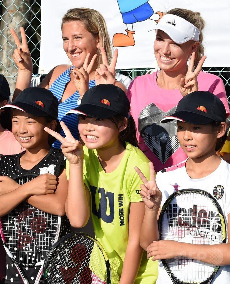 東レ・パンパシフィック・オープン(Toray Pan Pacific Open 2014)を控え、東日本大震災で被災した子どもたちのためのテニス教室に参加する女子テニスのカロリーネ・ボズニアツキ(Caroline Wozniacki、上段右)とビクトリア・アザレンカ(Victoria Azarenka、上段左、2014年9月14日撮影)。(c)AFP/Toru YAMANAKA ▼15Sep2014AFP|全米オープンで手応え、東京での飛躍に期待するボズニアツキ http://www.afpbb.com/articles/-/3025933