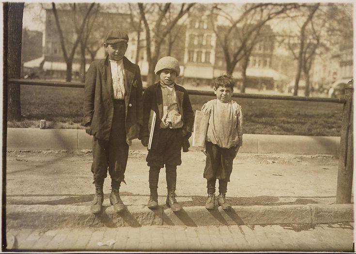 IlPost - Louis Gabriel -13 anni – e i suoi fratelli Eddie di 10 e Johnnie di 7, aprile 1912 (Lewis Hine, National Archives and Records Administration) - Louis Gabriel -13 anni - e i suoi fratelli Eddie di 10 e Johnnie di 7, aprile 1912 (Lewis Hine, National Archives and Records Administration)