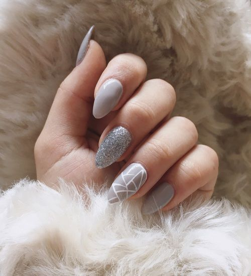 Punta almendra en tono gris dedo medio plata y anular con mano alzada blanca triangular