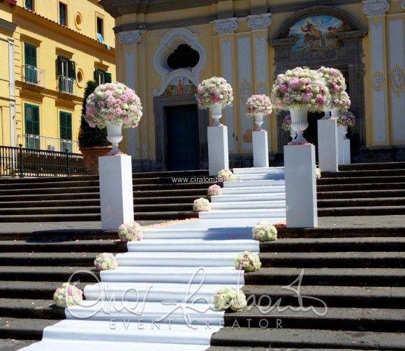 Romantiche composizione floreali incorniciano l'ingresso della chiesa di un matrimonio da sogno   Cira Lombardo Wedding Planner