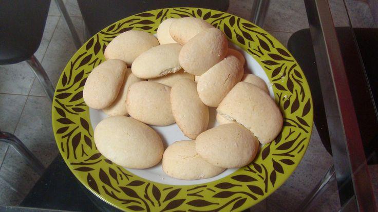 1 kg de polvilho doce  - 1/2 kg de açúcar refinado  - 5 a 6 ovos  - Pitada de sal  - 1/2 colher sopa de pó royal  - 200 g de manteiga  - 1 pacotinho de coco ralado (opcional)  -