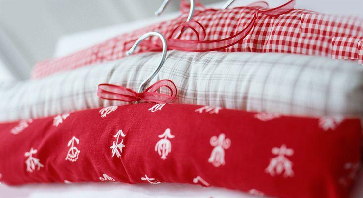 Customisez vos cintres en bois, en les habillant de jolis tissu ! Un relooking facile de votre penderie. Temps : 2h00 – Budget : 12 euros  Les fournitures – des cintres plats en ...