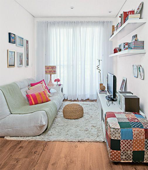 Apartamentos pequenos requerem estilo e simplicidade. Adorei o puff de retalhos. Lindo! :)