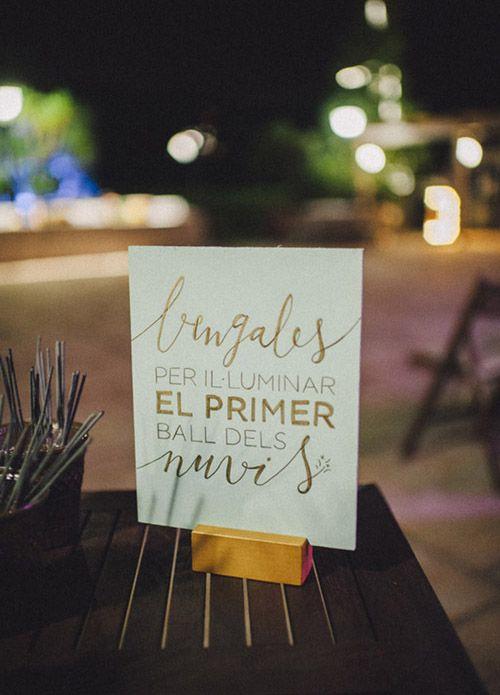 Wedding Planner: Detallerie. Cartel en madera de color menta con caligrafía dorada y bengalas para el primer baile de los novios. Wooden mint sign with gold calligraphy and sparklers.