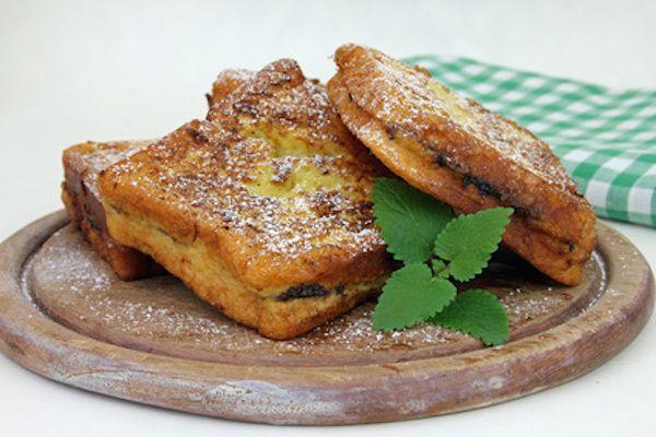 La ricetta del french toast di panettone, un toast a base di panettone e marmellata da usare per rivisitare il panettone o riciclarlo.