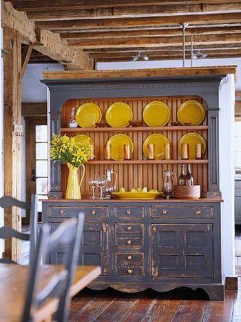 綺麗に磨かれたイエローのプレートが、丁寧に使いこまれた感のある食器棚の存在感を引立てます。