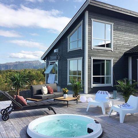 Utrolig flott når utespaet er nedfelt i terrassen, her fra den fantastiske uteplassen til @maritfolland  Tenk å kunne bade her i 39 grader hele året, fantastisk 🙌🏻☀️💦🌱🌸🛁. #vikingbad #utespa #boblebad #massasjebad #velvære #jacuzzi #uteplassen #ukensprofil  #vikingbadll #vikingbad #jacuzziwithaview #jacuzzitime #terrasse #decoracao #decoracaodeinteriores #decoraçao 📷: @maritfolland
