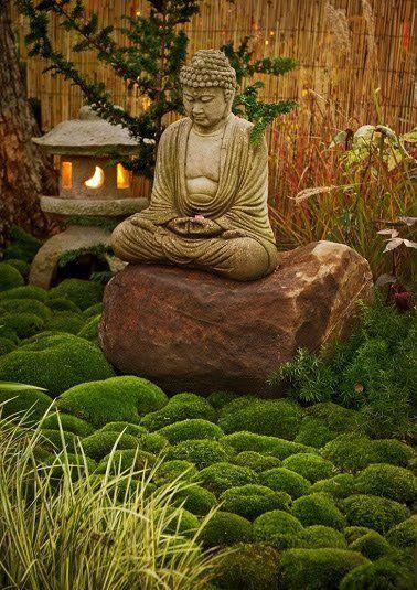 Un jardin zen décoré avec une statue Bouddha