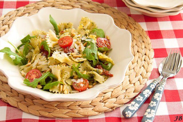 Pastasalade met  pesto - http://www.mytaste.nl/r/pastasalade-met-pesto-1001696.html
