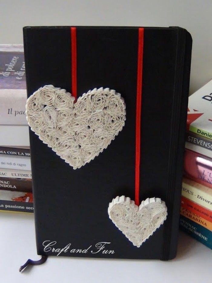 Leuke knutseltips - reepjes ribbelkarton (koekjes verpakking enz), om een satè prikkertje rollen, de rondjes in een hartvorm plaatsen en aan elkaar lijmen, een