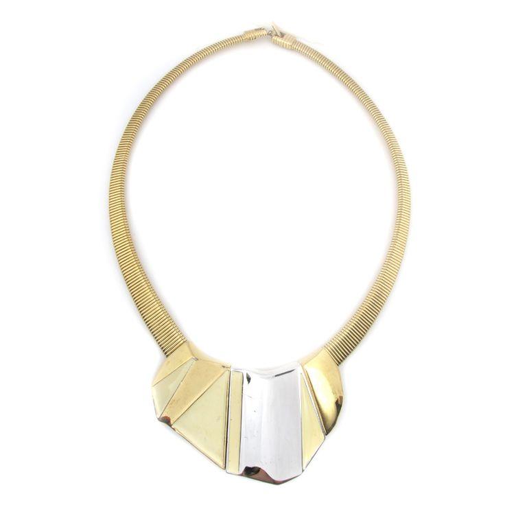 Vintage girocollo TRIFARI Il girocollo vintage della Trifari è stato fatto negli anni 1970. La collana è interessante ed è fatta con una catena larga ed  una decorazione massiccia di forma geometrica al centro. Il gioiello è di colore oro. L'ornamento  si chiude con una fibbia. Condizione molto buona