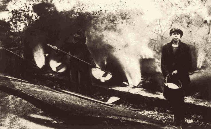 Der Kasseler Ofen wird gesalzen, Aufnahme aus dem Jahr 1942. Das Natrium im Kochsalz verbindet sich bei der hohen Ofentemperatur mit dem Quarz des Tons. Es entsteht an der Oberfläche eine Schmelze. Diese Verglasung der Oberfläche (Salzglasur) ergibt eine dauerhafte und chemisch beständige Versiegelung.
