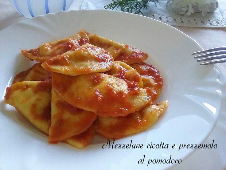 Le MEZZELUNE RICOTTA E PREZZEMOLO AL POMODORO sono una pasta fresca ripiena adatta sia alla tavola delle grandi occasioni che a quella di tutti i giorni.