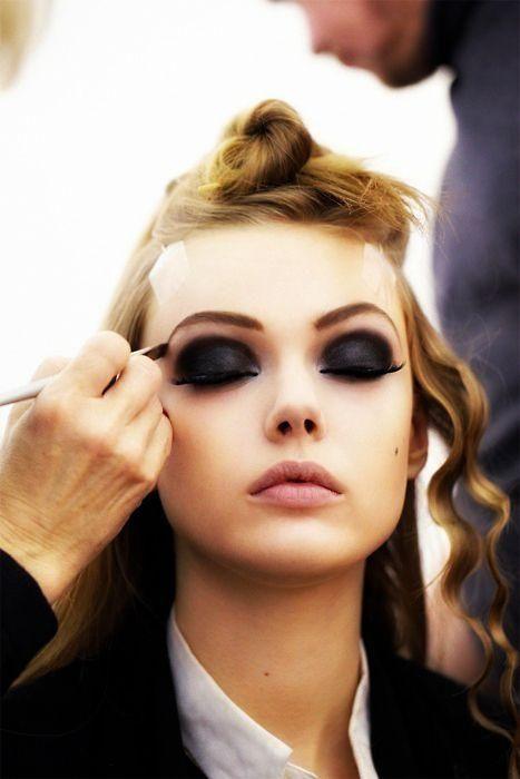 go dark.Eye Makeup, Eye Shadows, Dramatic Eye, Dark Eye, Beautiful, Eyemakeup, Eyeshadows, Smokey Eye, Frida Gustavsson