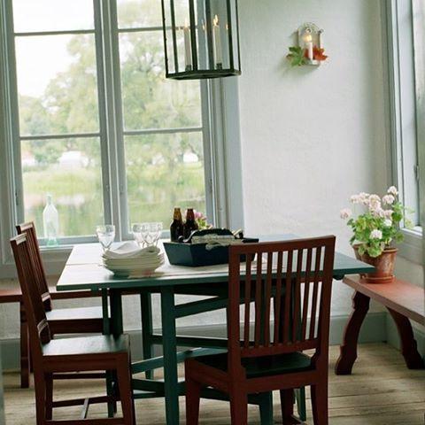 Här är väggarna målade med vit matt linoljefärg, snickerier i 15% grön umbra. Stolarna i sengustaviansk stil heter Forsa och har sin förlaga från Forsa, Hälsingland här målad i engelskt rött. Slagbordet har sin förlaga från Alfta socken, Hälsingland och är målat i grå umbra. Ett gediget bord som är lämpligt både som matbord, arbetsbord eller varför inte pingisbord. Kan kombineras med våra halvrunda månbord. Finsnickeri i toppklass. #gysinge#finsnickeri#mattlinoljefärg#linoljefärg#