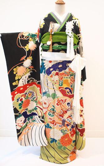 ご紹介するのは、大正後期~昭和初期時代に製作された、 芸術的なヴィンテージの婚礼振袖です。  和の美しい色合いの繊細さが優雅な古典の世界を感じさせる...