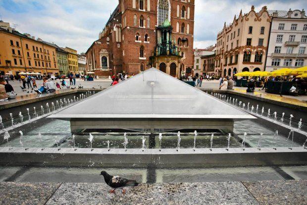 Zdjęcie numer 2 w galerii - Fontanna na Rynku Głównym, czyli szklana pułapka