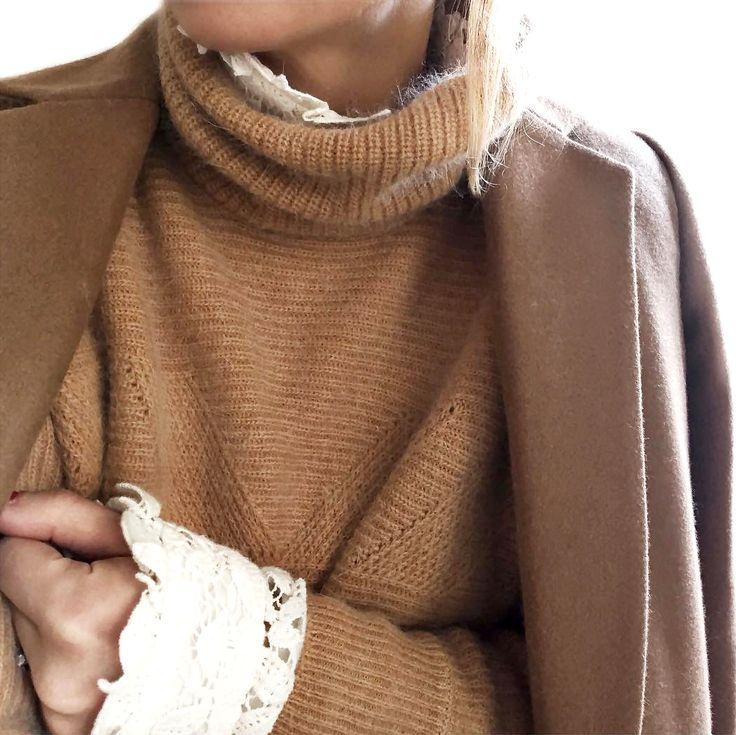 Rien de tel qu'une blouse en dentelle pour sophistiquer un gros pull ! (instagram Audrey Lombard)