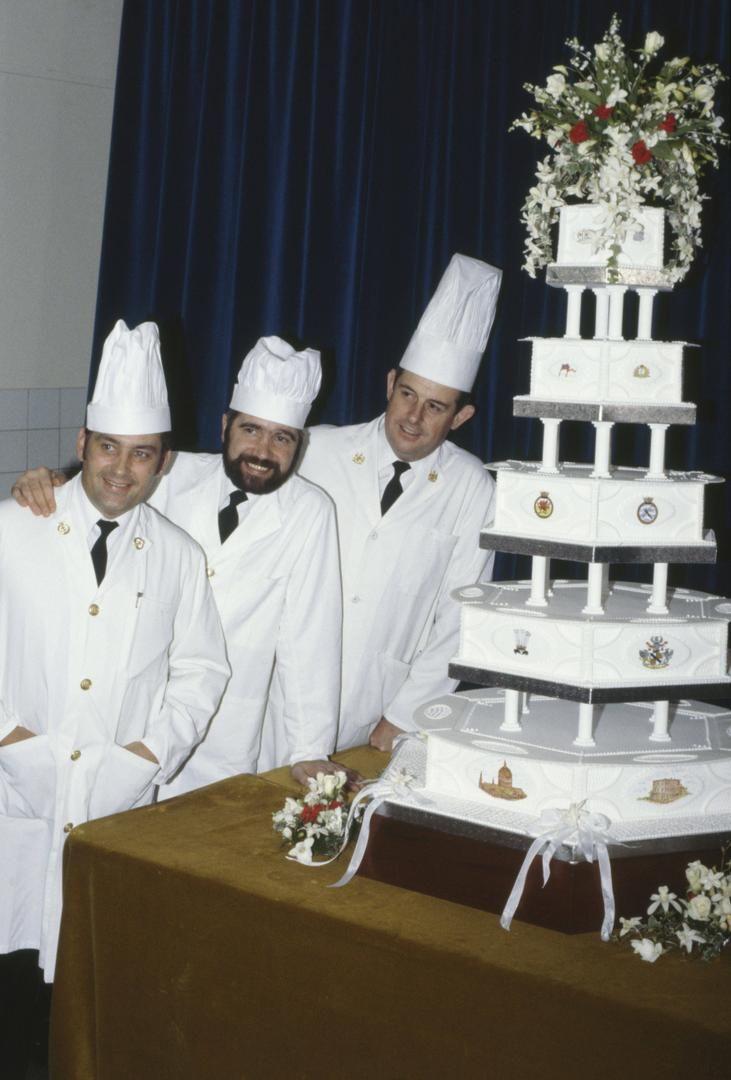 Свадебный торт принца Чарльза и Дианы.   Известно ли Вам, что свадебный торт принца Чарльза и Дианы Спенсер стал историей благодаря внушительным размерам и сложной конструкции. На него пошло 50 фунтов марципана, 49 фунтов белого сливочного льда, 150 фунтов замороженных фруктов и пинта темного коньячного спирта. Это был торт-великан, его  разошлись по всем телеграфным агентствам мира. На свадебном ужине его отведали три тысячи гостей!  #napoleon_history #факт_от_napoleoncake #торт…