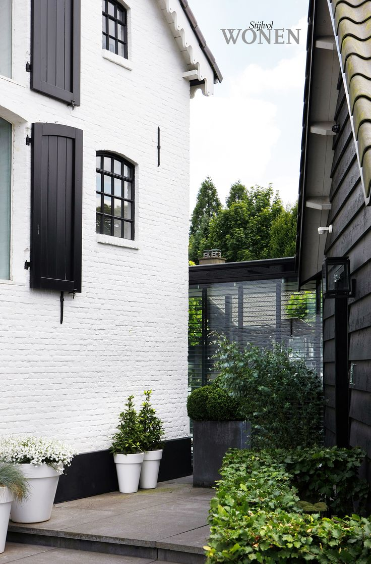 It's official. I should be Scandinavian. I LOVE the painted brink, black window frames and shutters!! // via : Stijlvol Wonen: het magazine voor warm-hedendaags wonen - ontwerp: IN/EX Createurs - fotografie: Tessa Francesca