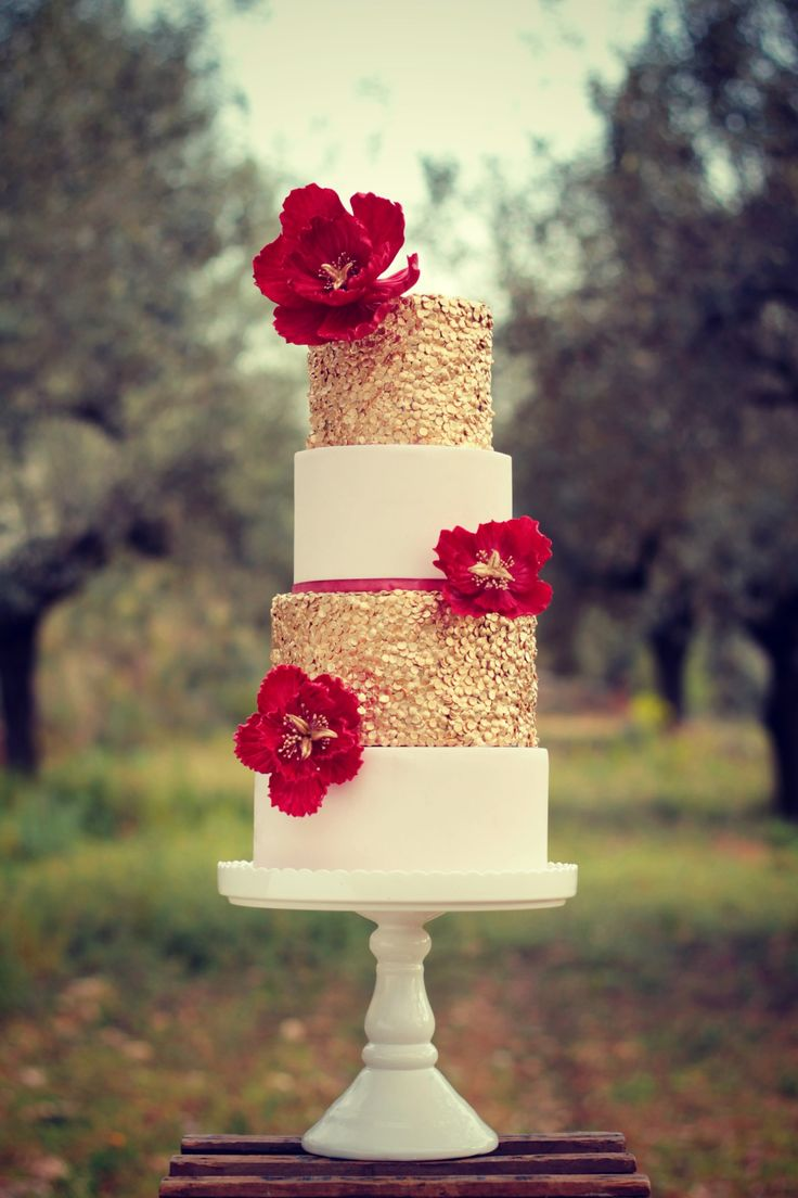 Ruby&Gold Wedding Cake  #cake #weddingcake #ledouxcollage #fondant #vintagewedding #sugarflower #sugarcraft  Contact Us ledouxcollage@gmail.com www.facebook.com/ledouxcollage