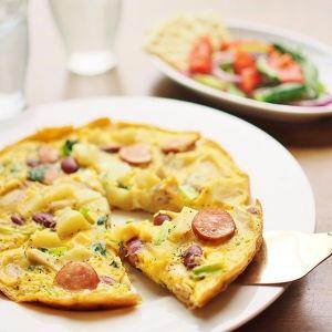 野菜具だくさんスパニッシュ・オムレツ 卵に野菜やウィンナーなどの具を混ぜて焼いたスパニッシュ・オムレツ。 朝食やパーティーなど、いろんなシーンにあう万能レシピです。 具はその時あるものをお好みで!