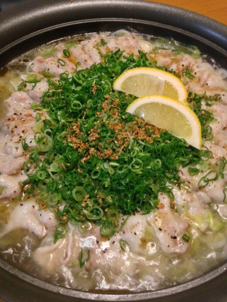 ねぎ塩豚丼風のオリジナル鍋。たっぷりねぎと豚肉に旨塩スープが絡む味は簡単調理なのにめちゃ美味しい我が家のヘビロテ鍋です!