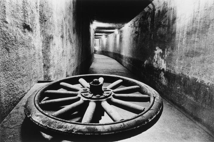 奈良原一高《「人間の土地」より 緑なき島−軍艦島: 地下道》 1954-57年 東京国立近代美術館蔵