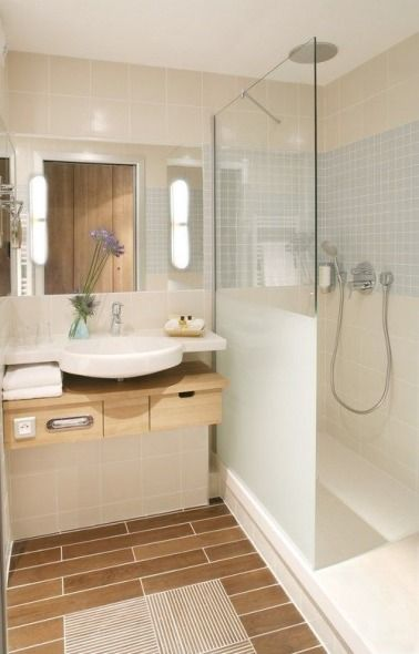 Une petite salle de bain en carrelage imitation bois