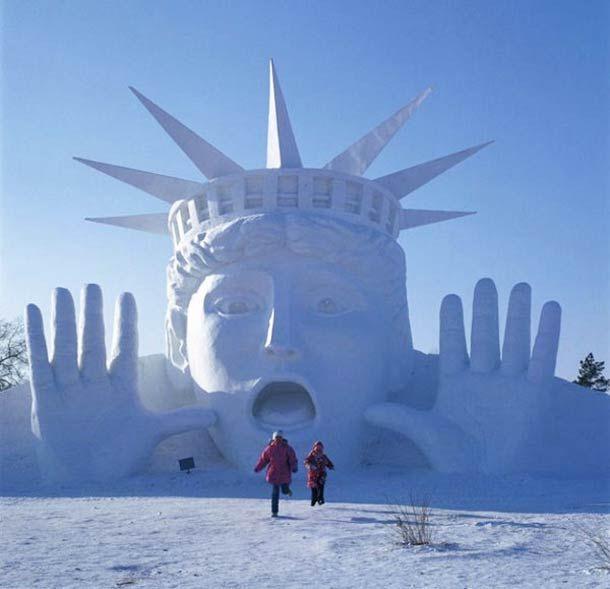 """Une sélection de photographiesdes gigantesques sculptures de glace et de neige du """"Harbin Ice and Snow Festival 2014"""", un festival dédié à la neige organi"""