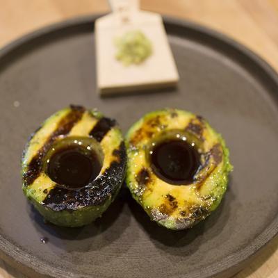 Gegrilde avocado met ponzusaus:  ponzusaus: 400 ml donkere sojasaus 100 g suiker 125 ml citroensap, vers geperst 125 ml limoensap, vers geperst 50 ml sinaasappelsap 25 ml mirin een paar repen gedroogde kombu, in kleine stukjes 6 tenen knoflook, geraspt gegrilde avocado's: 2 avocado's (bij voorkeur Hass) 20 ml ponzu saus, toevoegen naar smaak vers geraspte wasabi wortel, toevoegen naar smaak