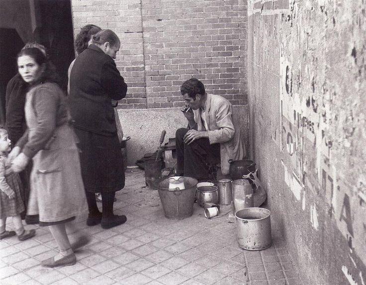 Lañador arreglando pucheros y otros utensilios de cocina.1952.   De Madrid al cielo: Álbum de fotografías y documentos históricos. - Urbanity.cc