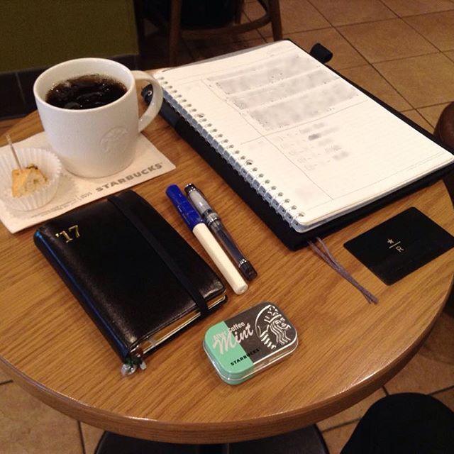 ー 20170516 H22_H7 __ 朝スタバと勉強postです。 青白カクノくんで、自分の勉強です。  おはようございます。 今日の天気予報は、晴れ後曇りです。  今日も好きな豆だったので、 アイスコーヒーにしました。  以前から気になっていた、 アフターコーヒーミントを 買ってみました。 コンビニだと躊躇する価格でも スタバだと買ってしまいますね。 スコーンのおまけ付きで、 今日も一日頑張ります。  今月のゆるい決心は、継続中です。 仕事も勉強も、少しずつ進めます。  あまり変化の見えない写真で ごめんなさい。  今日も安全で便利な電気が 皆様に届きますように!  #万年筆 #カクノ #プレラ #勉強 #青ペン勉強法 #大人の勉強垢 #モニグラ #勉強垢さんと繋がりたい  #能率手帳 #能率手帳ゴールド #能率手帳gold #おっちゃん手帳 #手帳バンド #ノリスキン  #スタバ #スターバックス #スタバリザーブ #ドリップコーヒー  今日はEABです。 #カティカティブレンド  #カフェとノート部 #カフェ勉  #文房具  ___English…