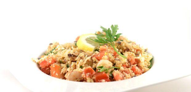 Dit is natuurlijk geen echte paella. In paella wordt rijst gebruikt en dat heb ik hier vervangen door bloemkool. Daarnaast is dit een versneld recept.
