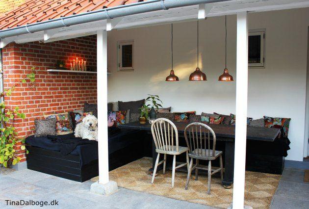 Havemøbler lavet af paller der er beklædt med brædder. Få inspiration til ny terrasse - her med italienske fliser fra Århus bad & fliser - hjemme hos blogger Tina Dalbøge