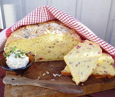 Ett solgult, glutenfritt matbröd med inslag av härligt röda och syrliga lingon som alla kan njuta av! Lättbakat så länge du är noga med att väga både vätska och mängden mjöl.