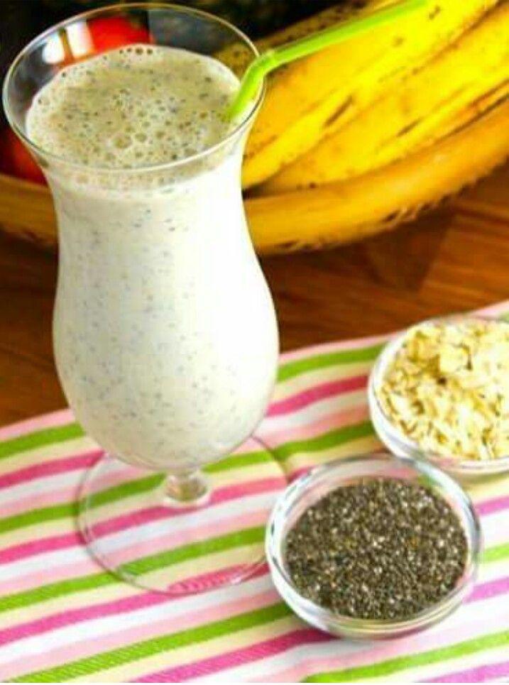 Mezcla 1 banano con 1/4 taza de avena cruda, 1/2 taza de leche de almendras, 1 1/2 cucharada de semillas de chan, 5 gotas de extracto de vainilla, 1 pizca de canela en polvo y una taza de hielo.