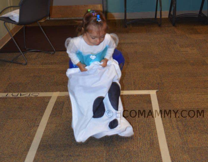 игры на Хэллоуин с детьми: забег в мешке