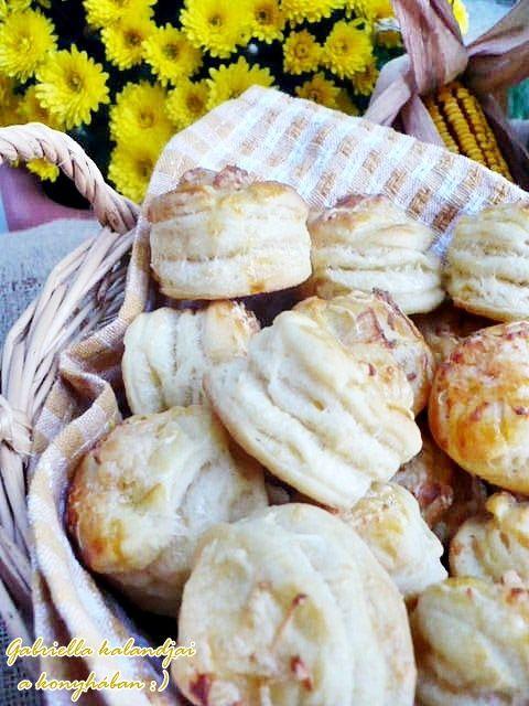 Gabriella kalandjai a konyhában :): Aranyló füstölt sajtos pogácsa - légiesen könnyű tésztával