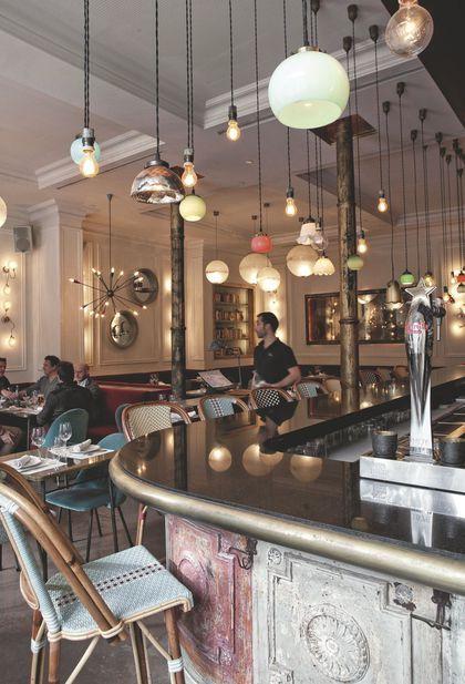 El Born, un quartier en vogue à Barcelone .Pour des tapas au comptoir ou un menu du jour dans la salle drôlement bien éclairée, retenez le Café Kafka, Fusina n° 7, juste devant l'ex-marché.