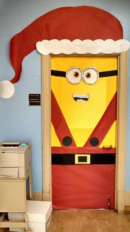 Inspiração para decoração das portas no natal nas escolas, Papai Noel para todos os gostos. Decorar é surpreender! Essa dos Minions f...