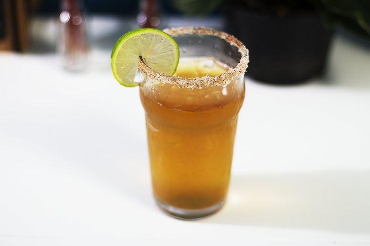 Receita de Michelada - drink mexicano Receita de Michelada Ingredientes: 350 ml de cerveja mexicana Suco de 1 limão 6 gotas de pimenta tabasco 8 gotas de molho inglês 1 pitada de sal 1 pitada de pimenta chili Sal e pimenta para a borda Gelo