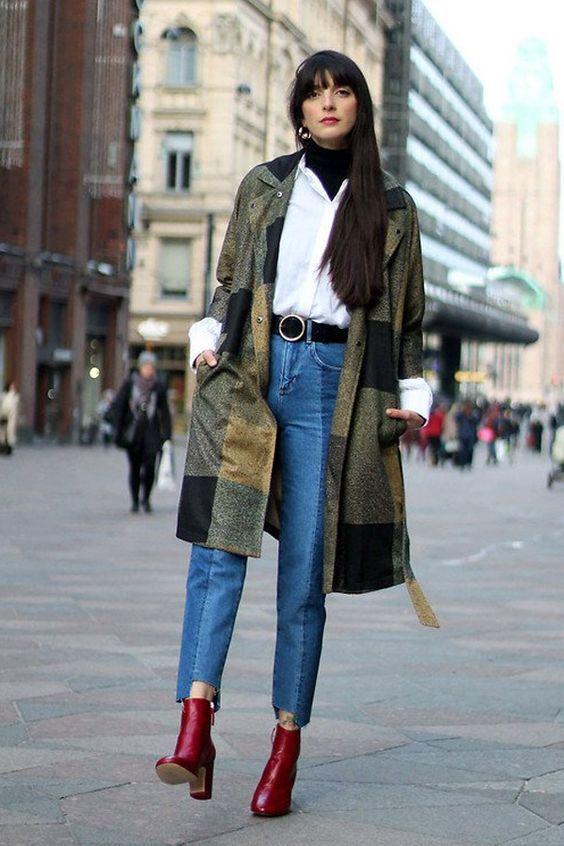 Sobreposição, maxi casaco verde, suéter de gola alta, camisa branca, calça jeans cropped bicolor, ankle boot vermelha