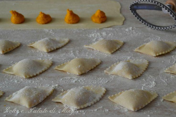 Ravioli di zucca e taleggio, connubio perfetto con questi due ingredienti, gustosissimi e semplici da preparare, ideali da tenere sempre in freezer.
