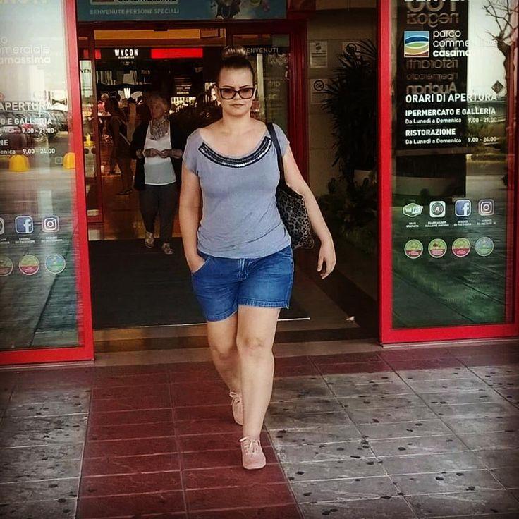 Nesse calor europeu nada mais gostoso que um short jeans e blusinha básica!!! Blusinha da @amplexo e short da @voudemarisa  In questo caldo non c'é niente di meglio di un short jeans. Look acquistato in Brasile!  #jeans #short #denim #summer #state #auchan #outfit #amplexo #voudemarisa #plussize #plussizefashion #curvy #curvygirl